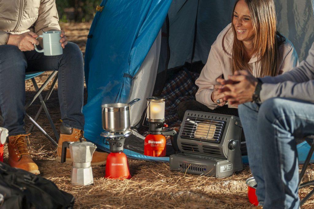 Grupo de personas de camping con productos a gas BUTSIR