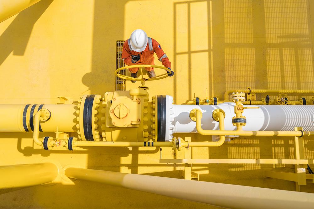 Obrero en planta extractora de gas